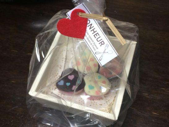 スクエアギフトトレーボックスピケで包装したチョコレート